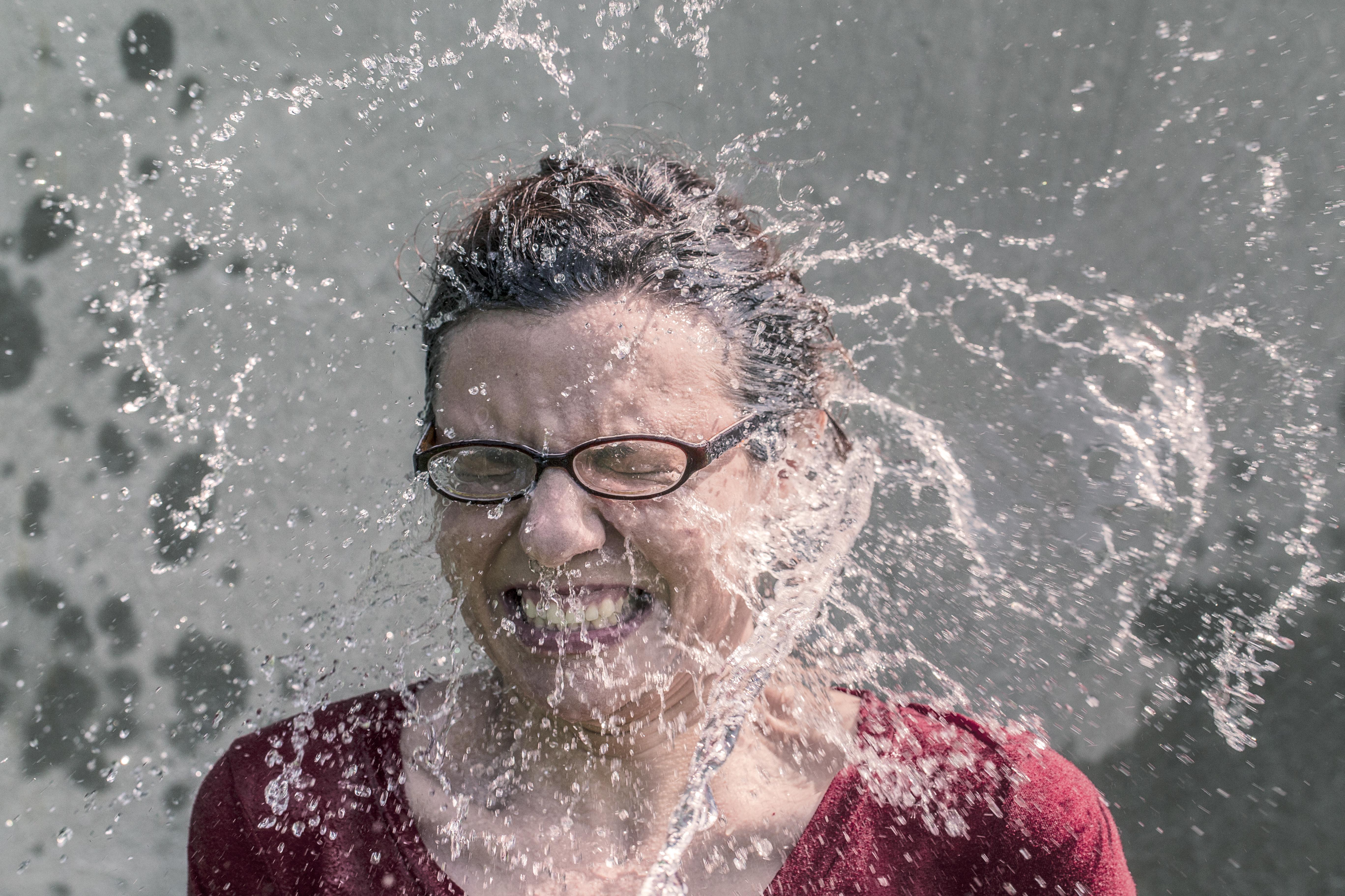 Frau wird nassgespritzt